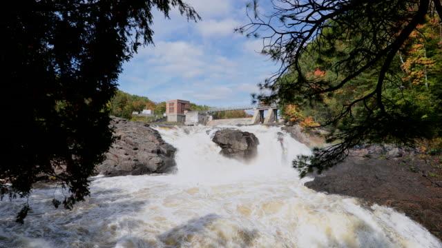 vídeos de stock e filmes b-roll de aerial view of hydro electricity dam in autumn - cimento