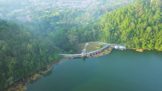 aerial view of hydropower dam - wasserkraft stock-videos und b-roll-filmmaterial