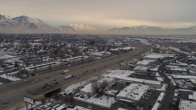 vídeos de stock e filmes b-roll de aerial view of i-15 freeway with traffic at sunset in winter - provo