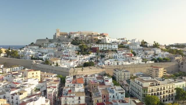vídeos de stock e filmes b-roll de ha, ws aerial view of ibiza town / ibiza, spain - cidade pequena