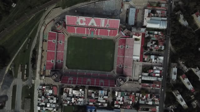 vidéos et rushes de aerial view of independiente´s libertadores de américa stadium on march 27, 2020 in buenos aires, argentina. national government has ordered a lock... - buenos aires