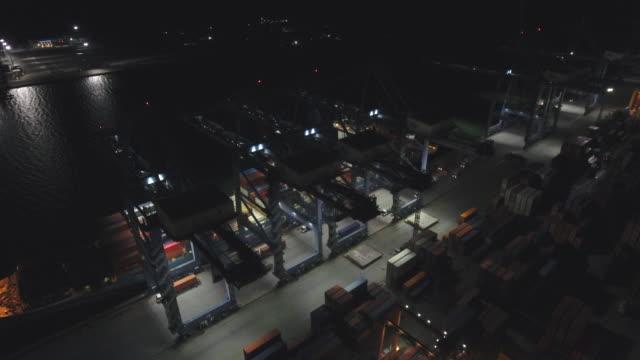 vista aerea del porto logistico delle navi industriali e container di notte, bangkok, thailandia - porto marittimo video stock e b–roll