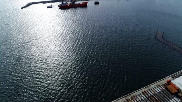 luftaufnahme von industriellen boote, übersee transport ausrüstung, ein marine handelshafen, krane bau - bulgarien stock-videos und b-roll-filmmaterial