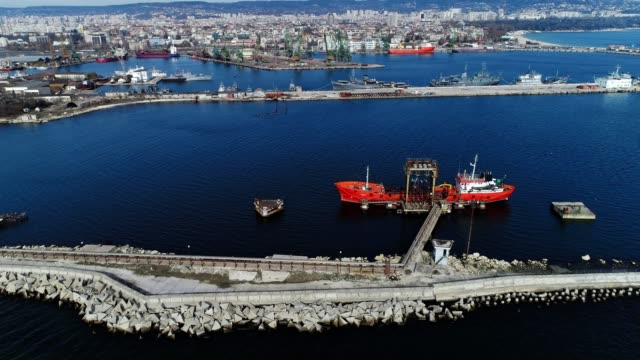 aerial view of industrial boats, oversea transportation equipement, a marine commercial port, construction cranes - bulgaria video stock e b–roll
