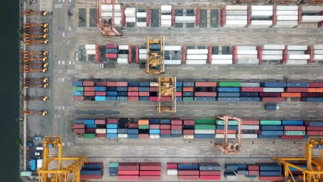 vídeos y material grabado en eventos de stock de vista aérea de puerto industrial - grulla de papel