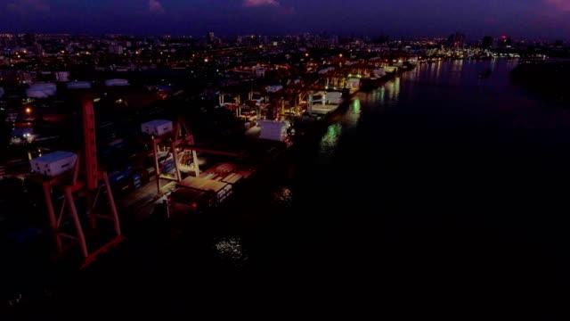 Luftaufnahme der Industriehafen mit Container-Schiff in der Nacht, Bangkok, Thailand