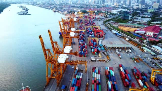 4K: Aerial View of Industrial Port mit Container-Schiff