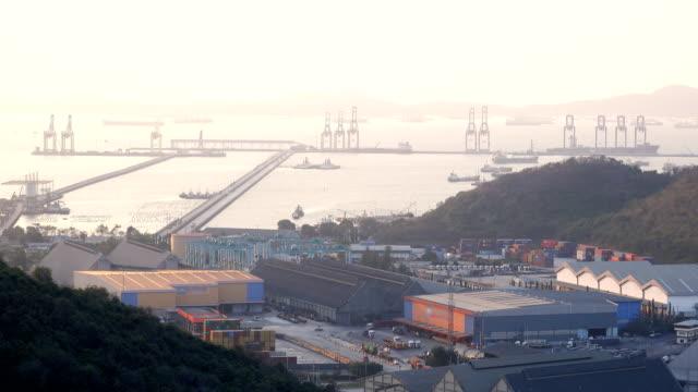 vídeos y material grabado en eventos de stock de vista aérea del puerto industrial con contenedores nave - grulla de papel