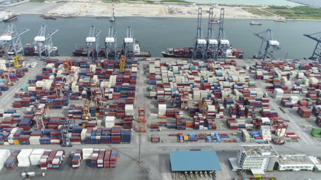 空から見た産業用の港でコンテナー船 - クワッドコプター点の映像素材/bロール