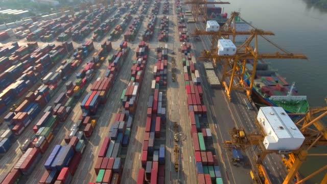 vídeos y material grabado en eventos de stock de vista aérea de puerto industrial con recipientes de envío - buque
