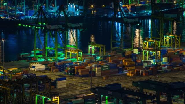 vídeos y material grabado en eventos de stock de vista aérea del puerto industrial con contenedores barco, lapso de tiempo - grulla de papel