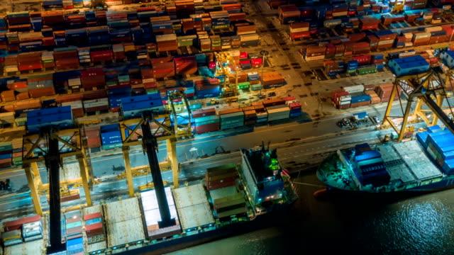 Flygfoto över Industrihamnen med behållare skepp, tidsinställd
