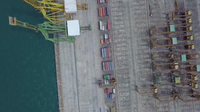 Luchtfoto van industriële haven met containers schip, bovenaanzicht vrachtschip met kraan