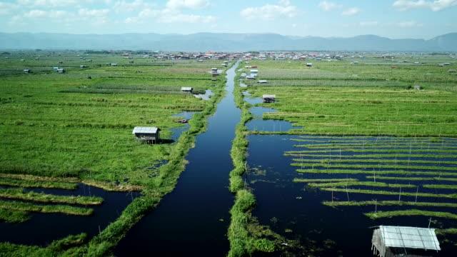 インレー湖、川のボート、浮庭ミャンマー農業トマトの航空写真 - リフレクション湖点の映像素材/bロール