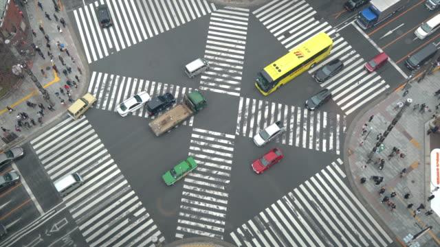 東京・銀座の交差点の航空写真 - 横断する点の映像素材/bロール