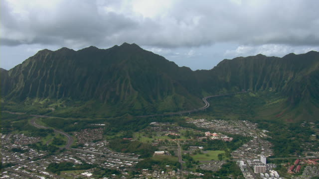 stockvideo's en b-roll-footage met aerial view of interstate h-3 in kaneohe, oahu with view of grand ko`olau mountain range. - oahu