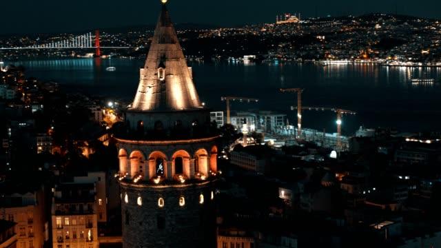 夜のガラタ塔の後ろのイスタンブールボスポラス橋の空中写真 - スーフィズム点の映像素材/bロール