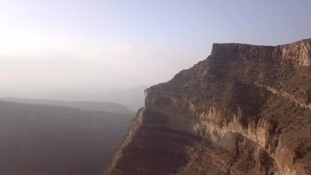 luftaufnahme von jabel shams canyon - oman stock-videos und b-roll-filmmaterial