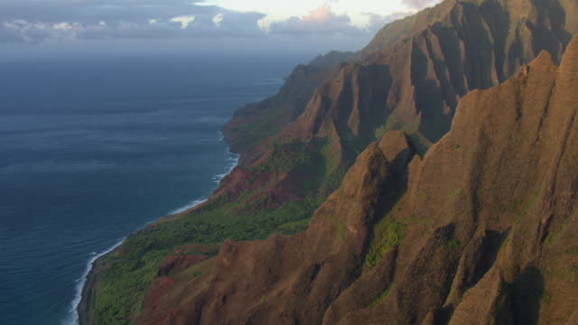 aerial view of jagged cliffs on the na pali coast on kauai island, hawaii, united states of america. - na pali coast state park stock videos & royalty-free footage