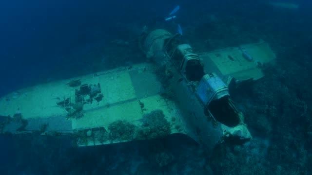 愛知 e13a 海軍水上飛行機の残骸を海底の航空写真 - 日本の軍事力点の映像素材/bロール