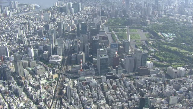 aerial view of japan's economic center around tokyo station - 金融街点の映像素材/bロール
