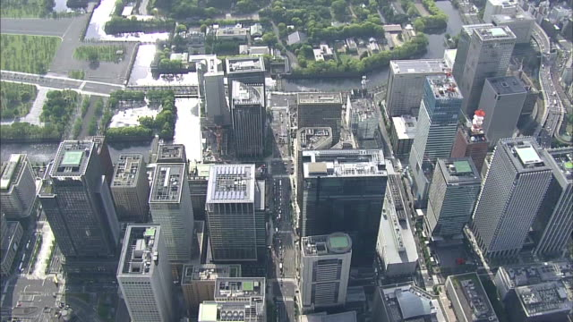 stockvideo's en b-roll-footage met aerial view of japan's economic center around tokyo station - financieel district