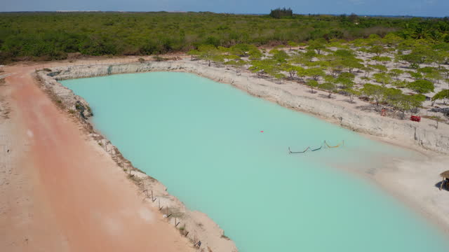luftaufnahme von jericoacoara blaues loch, fortaleza, ceara, brasilien - azul stock-videos und b-roll-filmmaterial