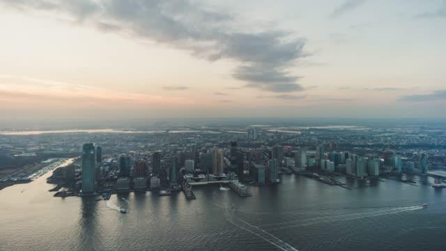 T/L-Luftbild von Jersey City und den Hudson River bei Sonnenuntergang