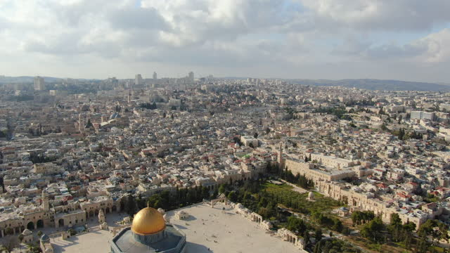 aerial view of jerusalem old city-dolly towards the jewish quarter, al-aqsa mosque, temple mount and dome of the rock - modern rock stock videos & royalty-free footage