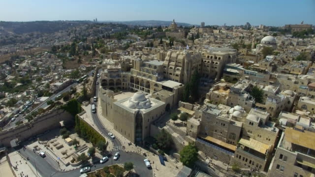 vidéos et rushes de aerial view of jerusalem old city-flight towards the jewish quarter - lieux géographiques