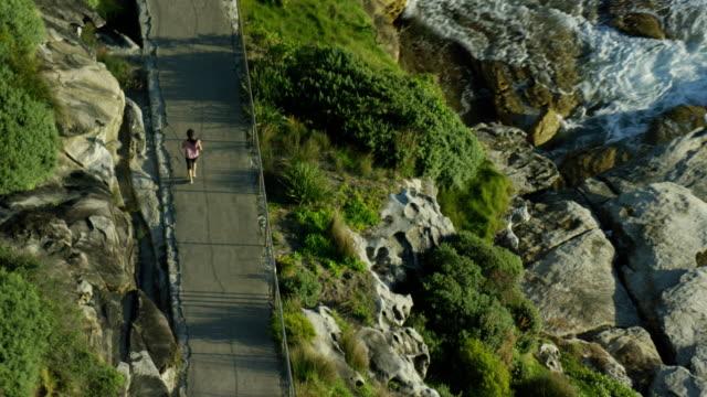 vídeos de stock, filmes e b-roll de aerial view of joggers bondi sydney australia - praia de bondi