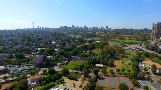 vídeos de stock e filmes b-roll de aerial view of johannesburg cbd and suburbs, johannesburg, south africa - joanesburgo