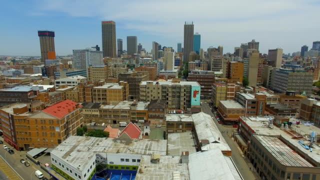 vídeos de stock e filmes b-roll de aerial view of johannesburg cbd, johannesburg, south africa - joanesburgo