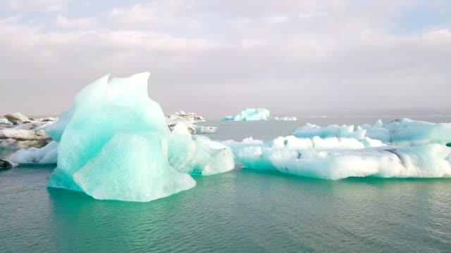 luftaufnahme der gletscherlagune jökulsárlón morgens an island - arktis stock-videos und b-roll-filmmaterial