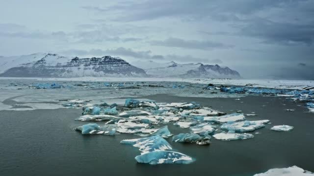 冬のアイスランドのヨークルスアゥルロゥンラグーンの空中風景 - 北極点の映像素材/bロール