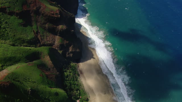 vidéos et rushes de aerial view of kalalau beach on the hawaiian island of kauai. - big island îles hawaï