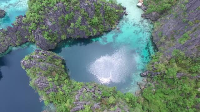 Vue aérienne (drone) de lagons bleu et la topographie de karst