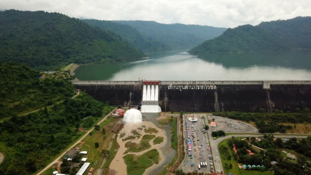 vídeos de stock e filmes b-roll de aerial view of khun dan prakan chon dam in nakhon nayok,thailand - barragem estrutura feita pelo homem