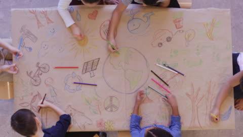 flygbild av barn som gör konst och hantverk - planering bildbanksvideor och videomaterial från bakom kulisserna