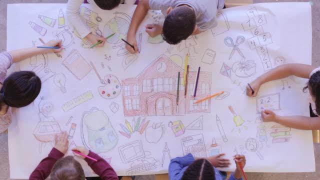 vídeos y material grabado en eventos de stock de vista aérea de los niños que hacen artes y artesanías - event