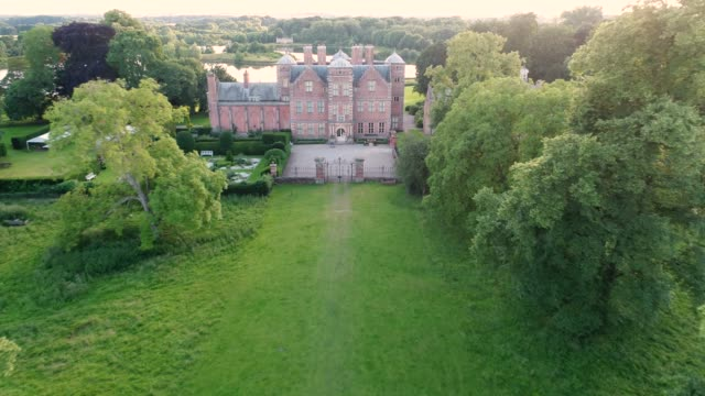 aerial view of kiplin hall & lake - xvii° secolo video stock e b–roll
