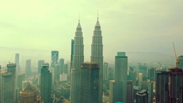 vídeos de stock, filmes e b-roll de vista aérea de kuala lumpur-malaysia - torre menara kuala lumpur