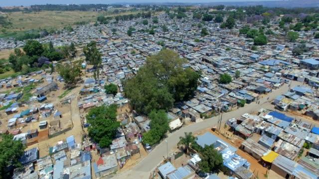 vídeos de stock e filmes b-roll de aerial view of kya sands informal settlement, johannesburg, south africa - joanesburgo