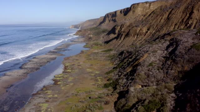 vídeos de stock e filmes b-roll de aerial view of la jolla coastline, cliffs and beach in san diego, california - água parada