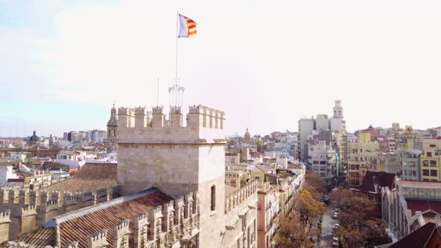 vidéos et rushes de aerial view of la lonja de la seda and the flag of valencia - seda