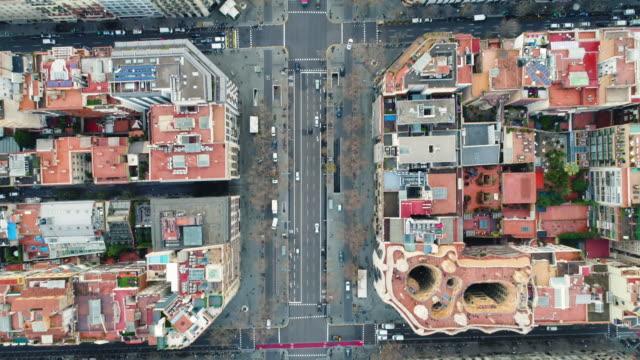 vídeos de stock e filmes b-roll de aerial view of la pedrera casa mila - ponto de vista de avião