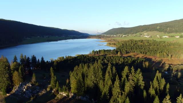 vidéos et rushes de vue aérienne du lac et montagne dans le jura - lac