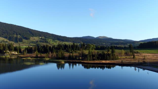 vidéos et rushes de vue aérienne du lac et montagne dans le jura - lieu de tournage non us
