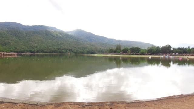 空から見た湖と山 - 国有林点の映像素材/bロール