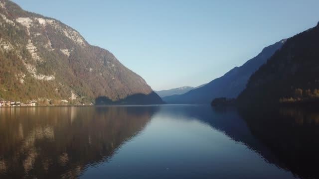 aerial view of lake hallstatt, hallstatt, salzburg, austria - aussicht genießen stock-videos und b-roll-filmmaterial